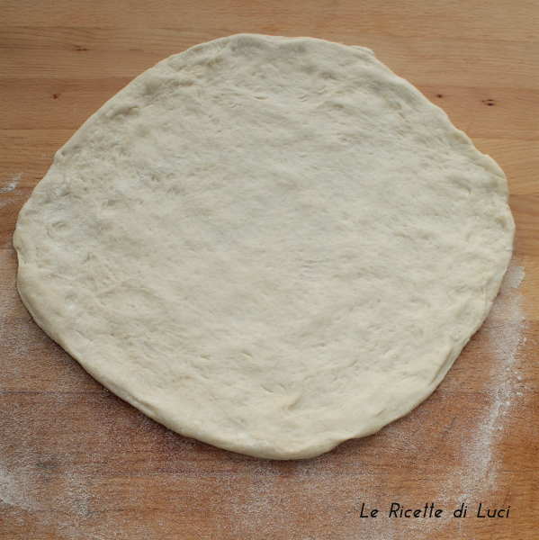 pizza prima di essere infornata
