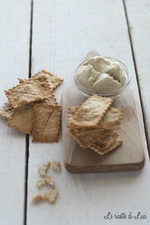 crackers con pasta in esubero