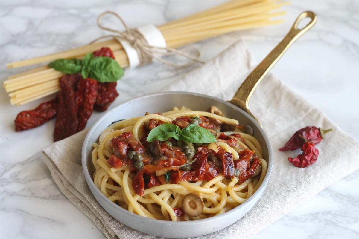 Tonnarelli con pomodori secchi, olive e capperi