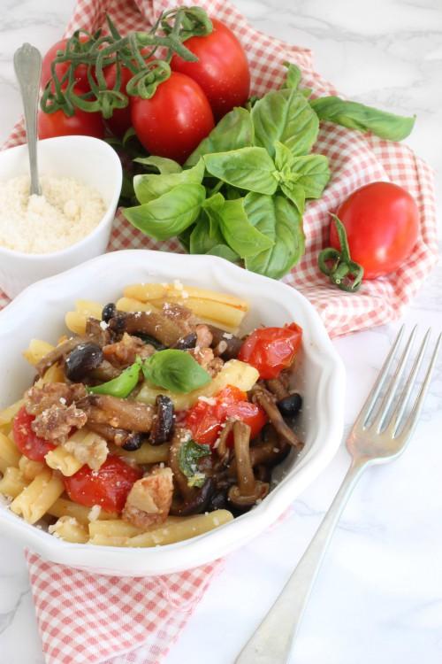 Casarecce con funghi pioppini, salsiccia e pomodorini