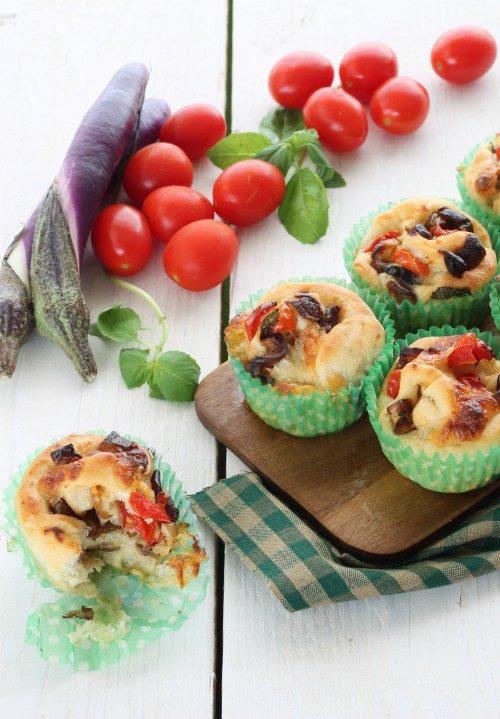 Boccioli di pizza con melanzane perline, pomodorini, provola e parmigiano