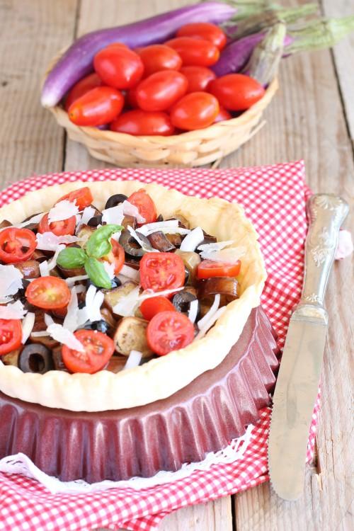 Torta fredda con pomodorini, olive nere, pecorino e melanzane