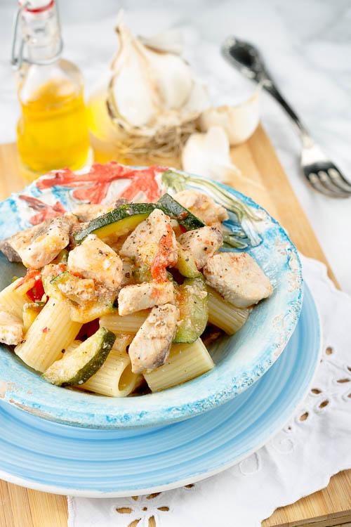 Mezzi rigatoni con pesce spada, zucchine e pomodorini