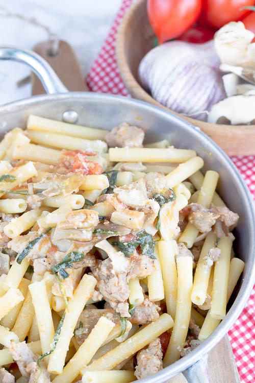 Mezzi Ziti salsiccia, rucola e funghi porcini