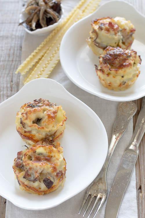 Nidi di pasta al forno con funghi, pancetta e besciamella