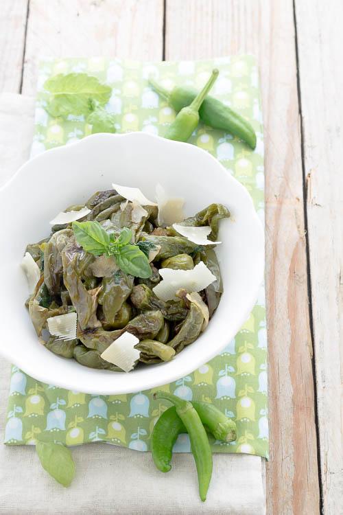 Peperoncini verdi in bianco con parmigiano e basilico